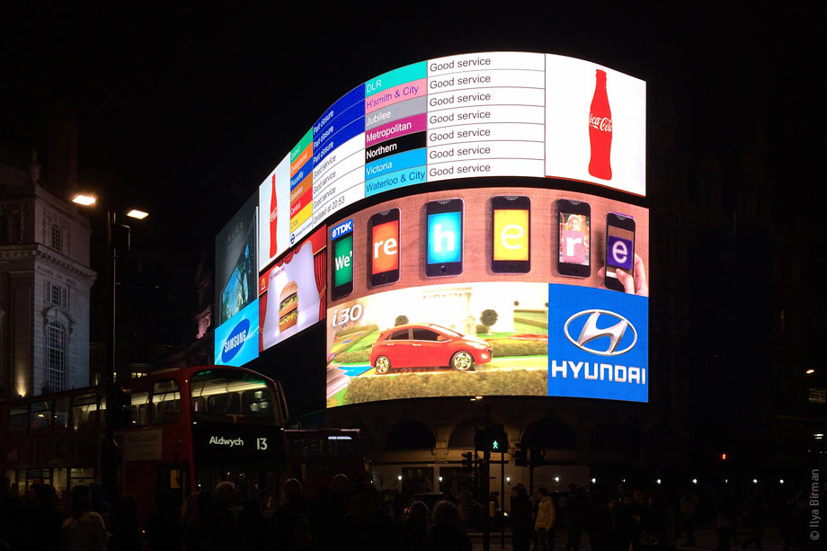 Piccadilly circus ad screens now display Underground service update