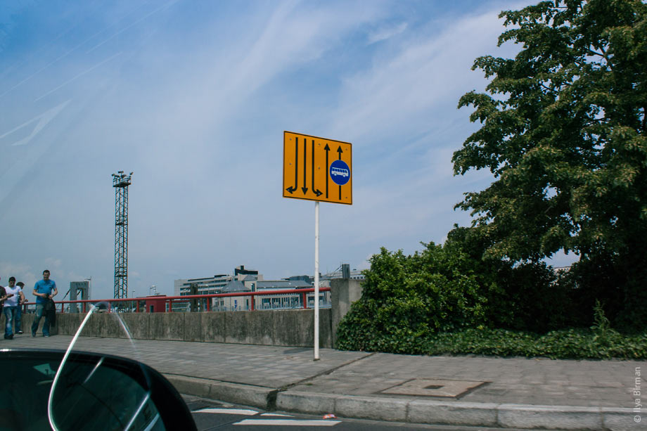Oncoming lanes are included on the signs in Luxembourg