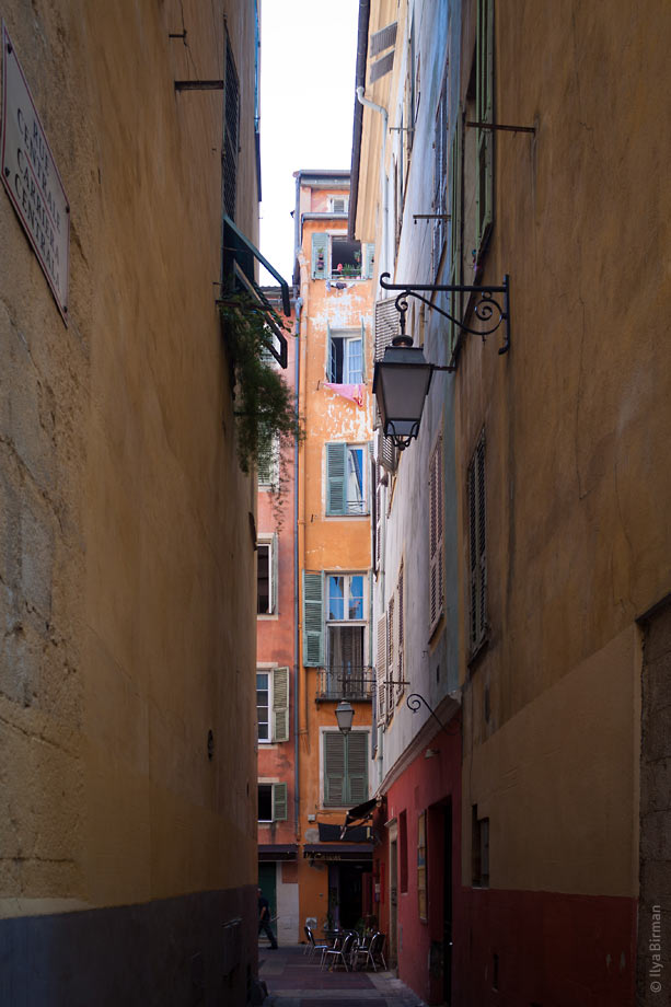 The street lamps look up and down in Nice