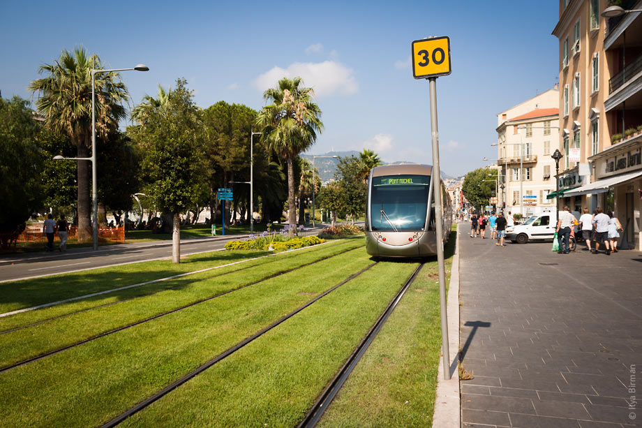 The trams use batteries in Nice