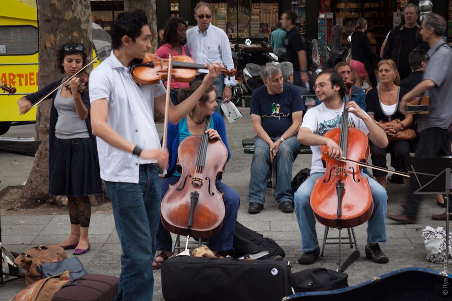 Street musicians play Vivaldi and chat at the same time