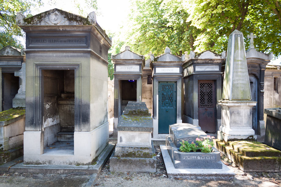 Père Lachaise cemetery looks like the world's largest phone booth show